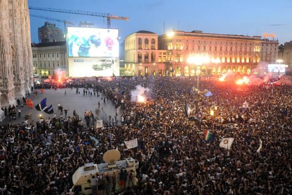 Foto de la mega pantalla que pusieron en la ciudad de Milán