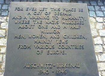 Auschwitz-Birkenau placa en la entrada