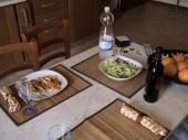 ensalada y filete de salmon con verduras