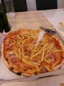 pizza con papas fritas y salchicha italiana